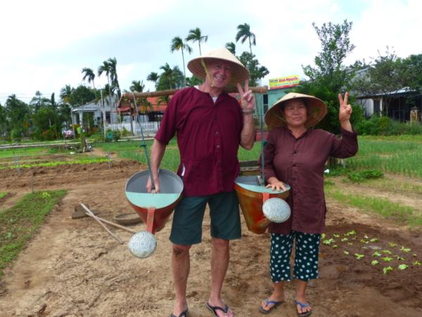 Atelier jardinage à Tra Que Bruno avec le prof