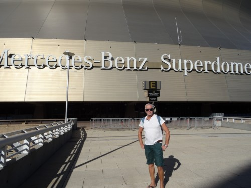 Bruno devant Le Mercedes-Benz Superdome