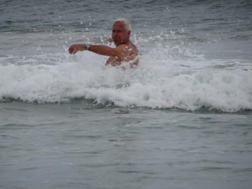 Byron Bay Bruno se jette à l'eau