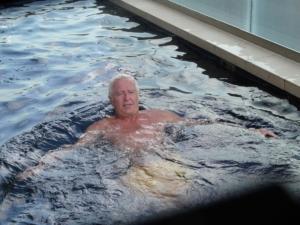 Bruno dans la piscine de notre immeuble